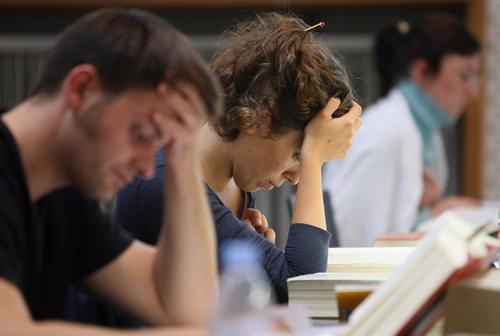 正在复习考试的留学生